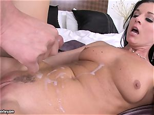 stunner India Summers receives a molten squirt of dick sauce after nailing mischievous