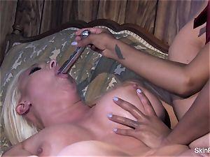 Leya demonstrates flesh how to satiate a damsel