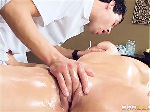 Oily gash massage with Skylar Snow