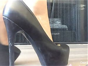 Capri demonstrates off her sexy soles & attempts on some heels